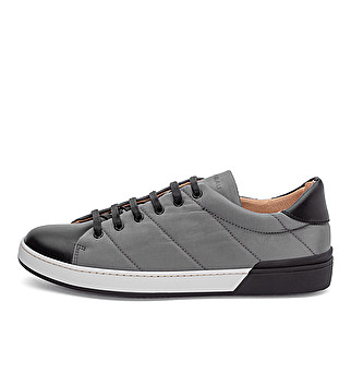 Bimaterial sneaker with bicolor sole