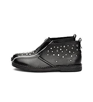 Knöchelhoher Schuh ohne Schnürsenkel mit Nieten