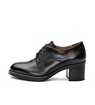 Leather brogue with heel and studs